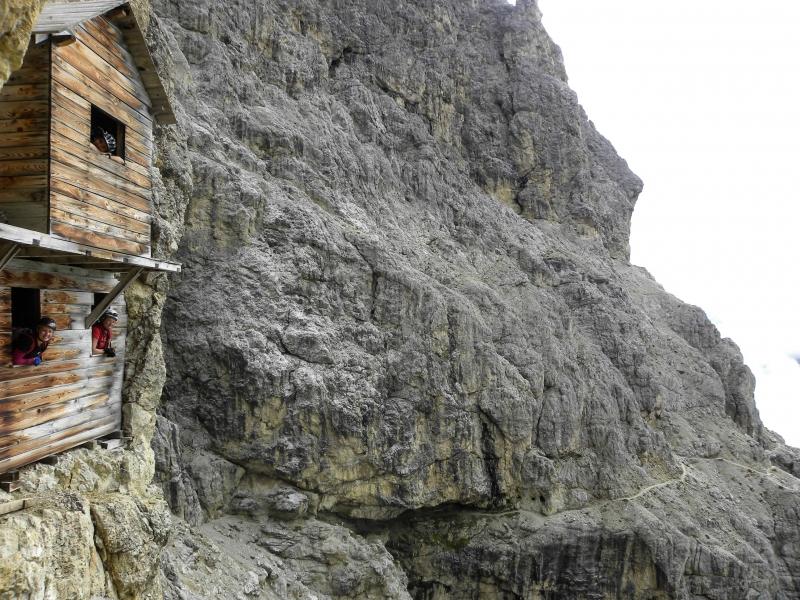 28 talianske kas†rne z 1.svetovej v stene Át°tu Lagazuoi